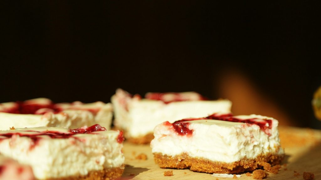 la-cooquette-skinny-raspberry-cheesecake-bars-squares