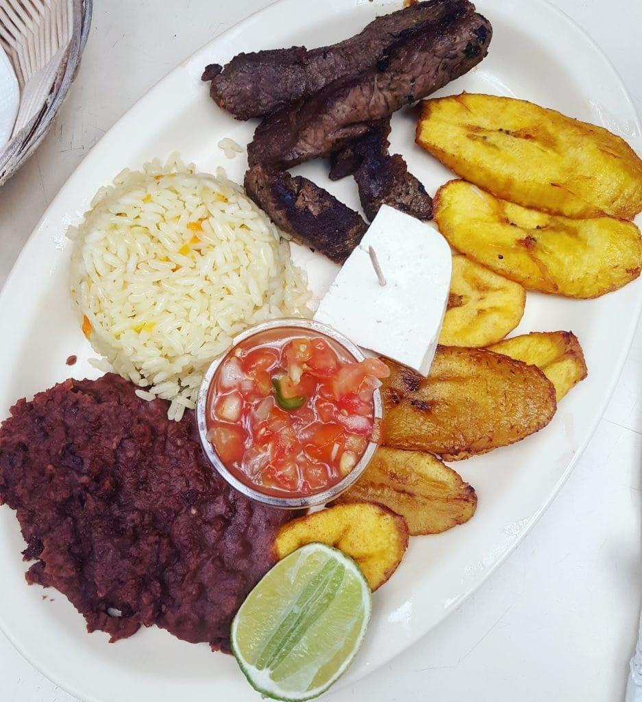 Honduran Heritage - Hispanic Heritage Month - La Cooquette - plato tipico catracho